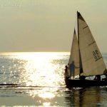 Парус на белом море