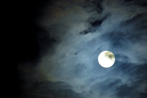 Луна сквозь тучи