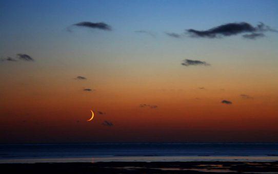 Закат луны над белым морем