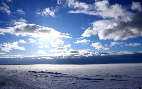 Облака над белым морем
