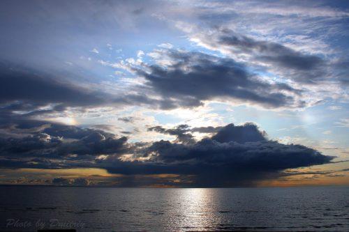 Дождевые облака над белым морем